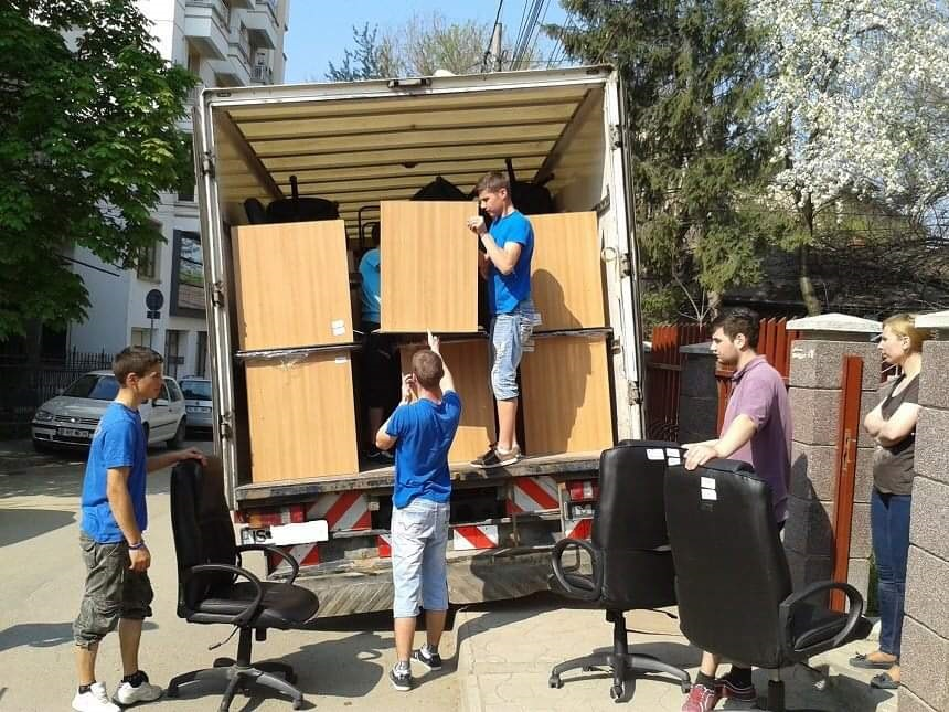 Echipa Mutari Iasi incarcand mobilier in autospeciala